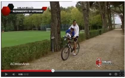 robinho 420x261 Video   Robinho, giocoliere non soltanto con la palla: eccolo in bici mentre fa i numeri col figlio
