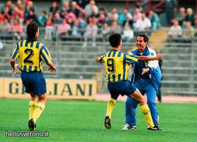 Inzaghi abbraccia Mutti (foto hellasverona)