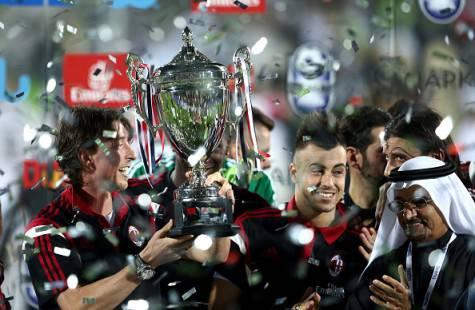 Riccardo Montolivo alza il trofeo Bernabeu (Getty Images)