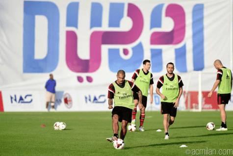 L'allenamento dei rossoneri a Dubai (Foto Acmilan.com)