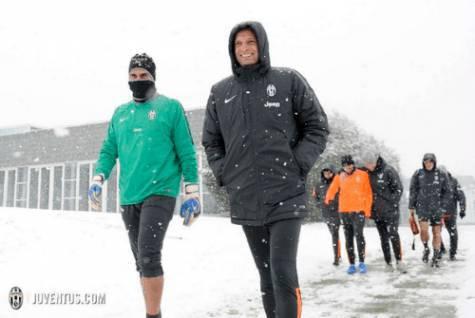 Massimiliano Allegri sotto la neve a Vinovo (Juventus.com)
