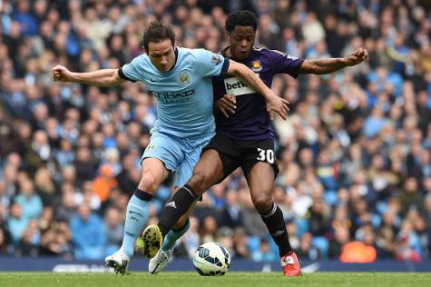 Manchester City's English midfielder Frank Lampard (L) battles with West Ham United's Cameroonian midfielder Alex Song (R) during the English Premier League football match between Manchester City and West Ham United at the Etihad Stadium in Manchester, north west England on April 19, 2015. AFP PHOTO / PAUL ELLIS RESTRICTED TO EDITORIAL USE. No use with unauthorized audio, video, data, fixture lists, club/league logos or live services. Online in-match use limited to 45 images, no video emulation. No use in betting, games or single club/league/player publications.        (Photo credit should read PAUL ELLIS/AFP/Getty Images)