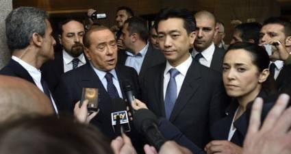 Silvio Berlusconi e Mister Bee Taechaubol (foto dal web)