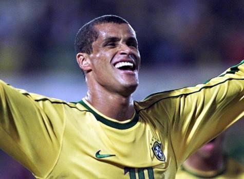 L'ex milanista Rivaldo con la maglia del Brasile (Getty Images)