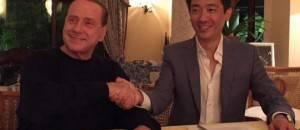 Silvio Berlusconi e Bee Taechaubol (photo by Twitter)