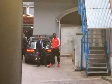 Mario Balotelli arriva alla clinica 'La Madonnina' (foto Twitter)