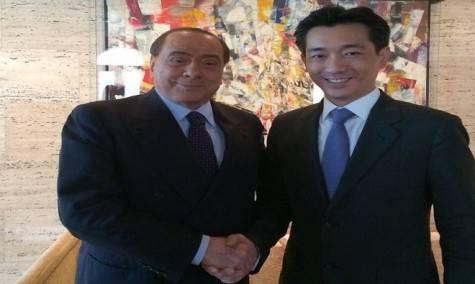 Silvio Berlusconi e Bee Taechaubol (foto Twitter)