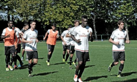 La rifinitura dei rossoneri a Milanello (foto acmilan.com)