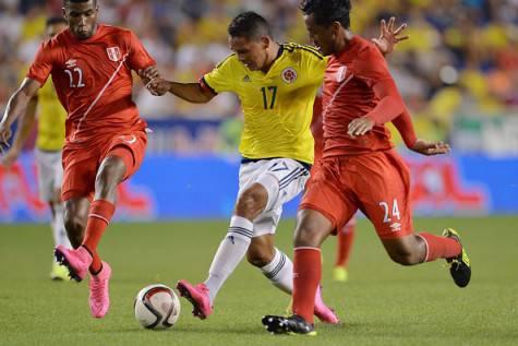 Carlos Bacca contrastato da Carlos Ascues e Renato Tapia  in Colombia-Perù (Getty Images)