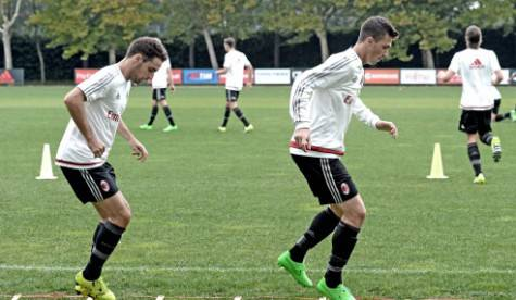 Giacomo Bonaventura & Alessio Romagnoli durante l'allenamento a Milanello (foto acmilan.com)