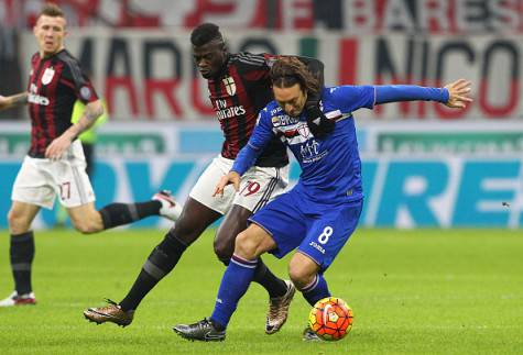 MILAN, ITALY - NOVEMBER 28:  Edgar Osvaldo Barreto (R) of UC Sampdoria competes for the ball with M Baye Niang (L)of AC Milan during the Serie A match between AC Milan and UC Sampdoria at Stadio Giuseppe Meazza on November 28, 2015 in Milan, Italy.  (Photo by Marco Luzzani/Getty Images)