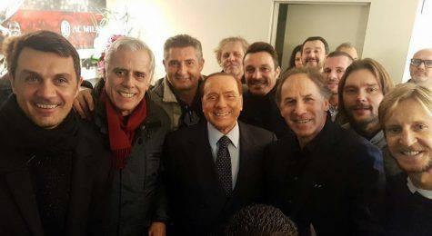 Alcune glorie del Milan con Silvio Berlusconi (foto Instagram)