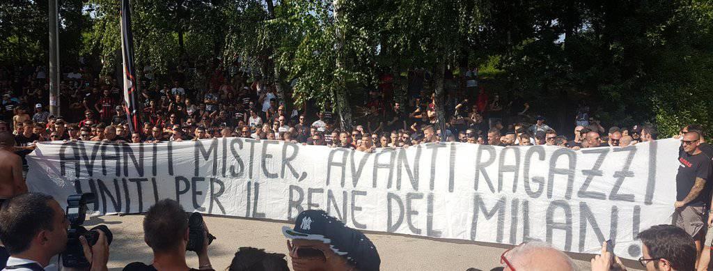Striscione tifosi Milan