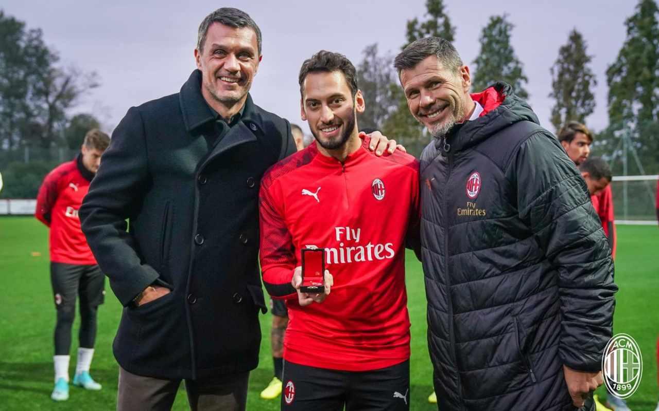 Calhanoglu, 100 presenze con il Milan: premiato da Maldini e Boban