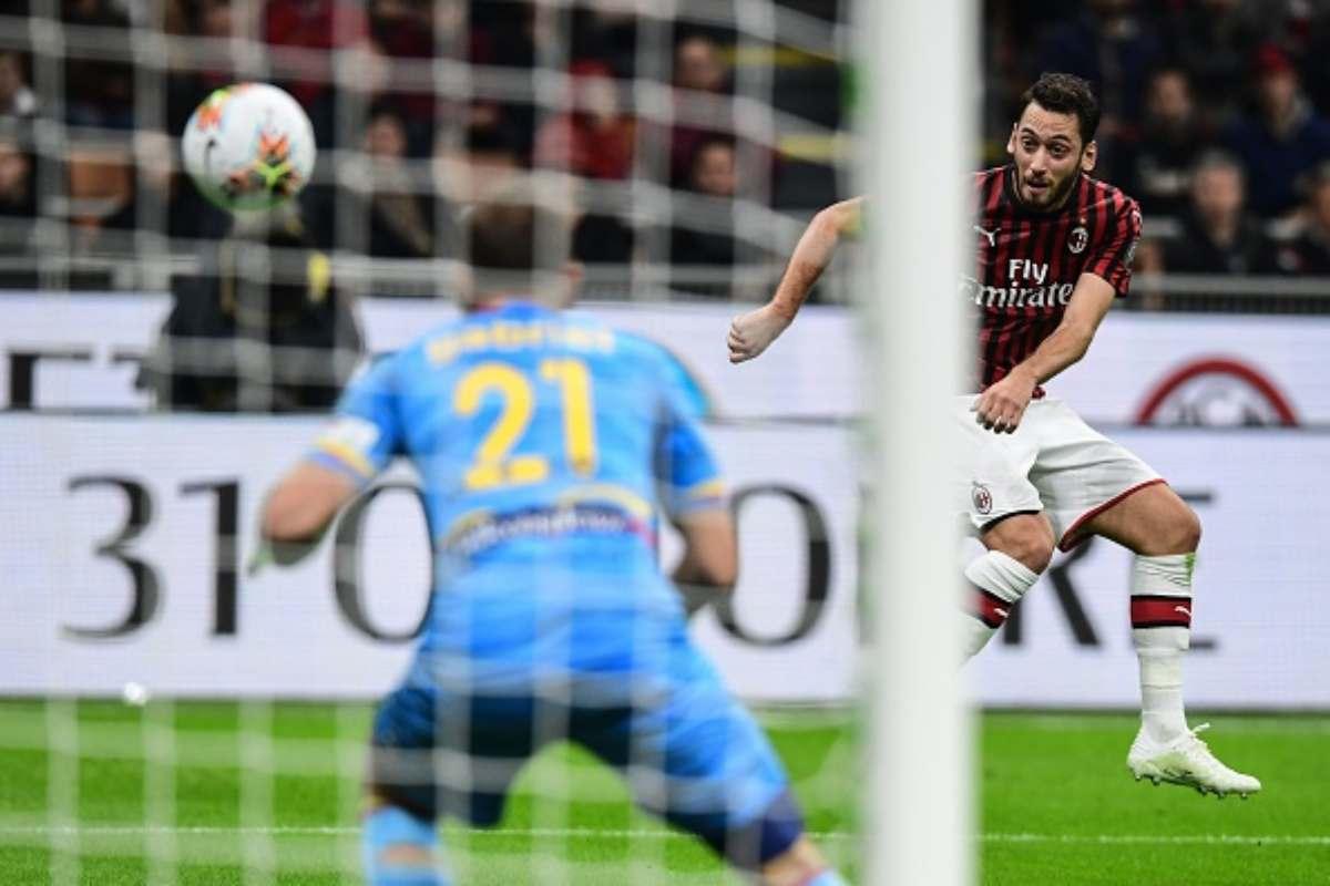 Gol di Hakan Calhanoglu in Milan-Lecce