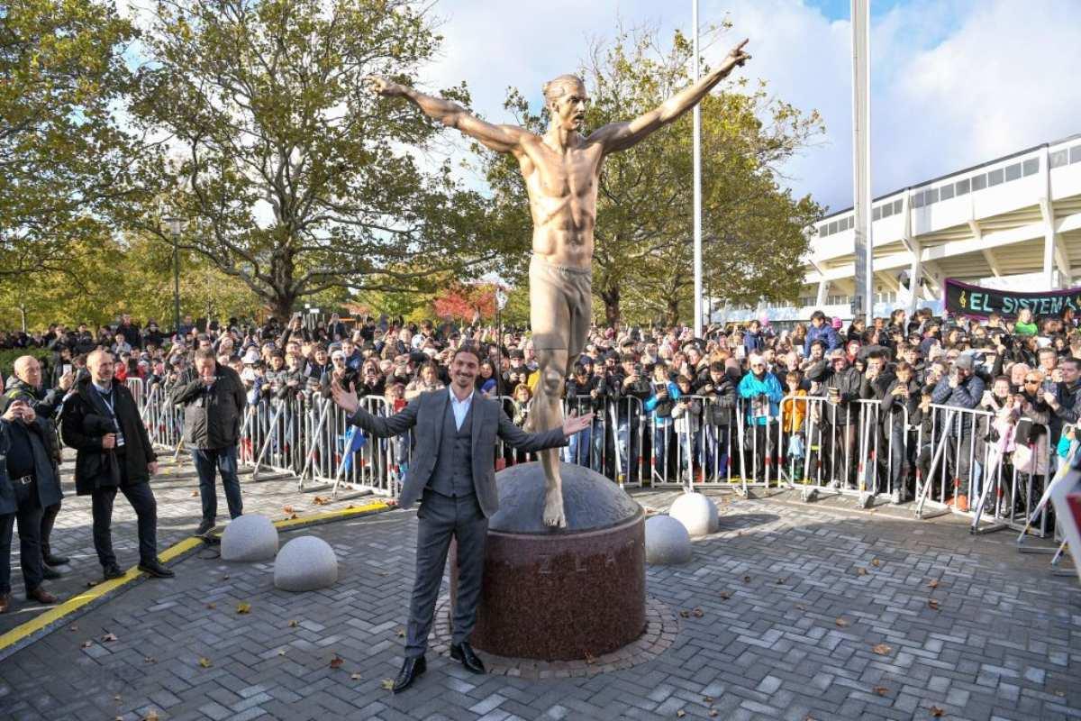 Zlatan Ibrahimovic e la sua statua a Malmo, in Svezia