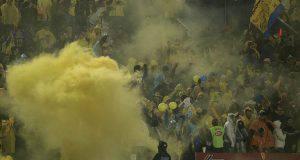 Fumogeni allo stadio (Getty Images)