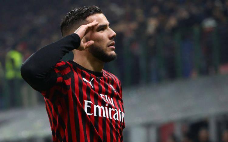Theo Hernandez saluta Paolo Maldini