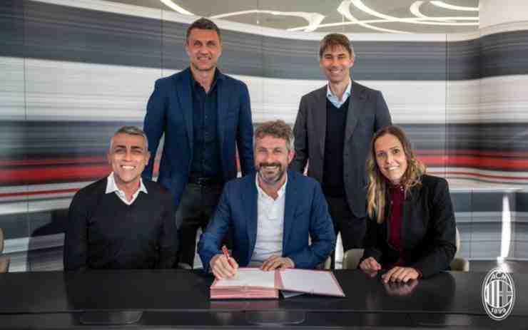 Maurizio firma davanti alla dirigenza del Milan (foto acmilan.com)